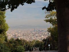 さて、バスはバルセロナ港を横目に、最初の見学地、「モンジュイックの丘」に向かいます。「モンジュイックの丘」と聞いて有森裕子の疾走を思い出したあなた、ナイスミドル決定です(笑) 200mほどの丘ですが、バルセロナの街が一望できます。