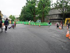 上野駅公園口の改札を出るとびっくり!! 駅前の道路が無くなっています。工事により歩行者用通路となっていました。