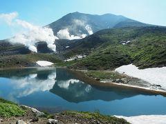 姿見の池。少し水面が揺らいでいますが、逆さ旭岳。