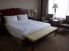 上海では「人民広場」駅から徒歩で数分の「Guxiang Hotel Shanghai(古象大酒店)」に宿泊しました。予約サイトでSuperior Queen Bedルームが素泊まりで9000円ほどでした。部屋も綺麗ですし、