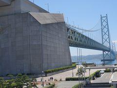 ●舞子公園  何度も橋を渡ったり、何度も橋を見たりしましたが、橋を陸地(神戸側)から見上げるのは初めてです。 やはりでかい!です。