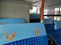 一日乗車券500円を購入して、駅前のバス乗り場へ。 バスの座席の鹿ファミリーの絵がかわいい。