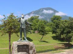 近くの公園にある細川たかしさんの銅像。 銅像なのにマスクしてました。