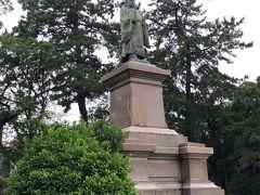 大きな広場に、井伊直弼の銅像がありました。