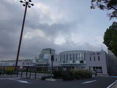 午前06時15分です。自宅を出て30分、ゆっくり走って来ました。 JR東海道新幹線の新富士駅前です。 駅に向かうサラリーマン風の方を見ました。 企業戦士の朝は早いですね。 年金生活者も負けてません。(笑)