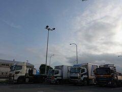 国道1号を走って、道の駅富士に来ました。 中央のトラック上に富士山が見えました。