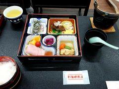 a.m.8:00 おはようございます(*´∀`*)  朝ごはんも夕ごはんと同じ場所で♪ 箱に和食が詰められていました(*´∀`*) 朝は優しいお味の和食が嬉しい(個人の感想です...)