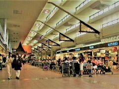 Bangkok International Airport (旧バンコク国際空港 / 現ドンムアン国際空港)  01月17日(水)    暮れから遊びに来ていた上の娘と 急遽 アンコール ワット へ行くことに決めて 友人推薦の郵船トラベルを利用  家庭車でバンコク国際空港  / 現ドンムアン国際空港へ送ってもらい あれこれお店を覗いていざ搭乗口へ  ところがここでうっかり~~!! ビザ発行手続きのための US$10.00/1人を 両替しておくようにと言われていたのに すっかり忘れてしまって飛行機に搭乗・・・