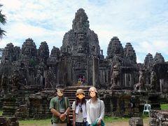 15<いざ入場!> ガイドさんに正面で写真を撮ってもらってから見学へ。 ぱっと見、インドネシアのプランバナン寺院に似ている。 第一回廊から第二回廊、そして中央祠堂へと進んでいこう。