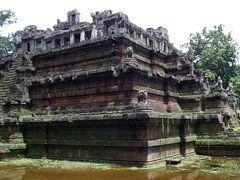 48<王家の礼拝所> かつて、寺院の横に王宮があり、ここは王家の礼拝所の役割を果たしていたそうだ。階段の傾斜が急で踏面も狭く、手摺りもないため登頂を断念! ※裏側には、木製の階段が整備されていたんだって、ガビーン!!