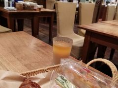 7月23日(2日目)。 神戸に1泊したのは、友人と会うためです。「ブランジェリー コム・シノワ」で待ち合わせをして朝ごはんを一緒に食べます。  クロワッサン、ほうれん草とじゃがいものスパニッシュオムレツサンド、ひよこ豆のフムスサンドとアールグレイをアイスでチョイスしました。どれも美味しかったです。