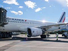 トゥーロン空港着。 やっと、エールフランス機をはじめてゆっくり見る。 プライベートジェット機が止まる場所もあった。