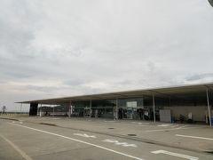 先ずは海の駅「なおしま」へ行きます。建築家は詳しくないけど、建物は妹島和世と 西沢立衛 の日本の建築家ユニットSANAAの作品。  天気は曇りで、いつでも雨が降りそうだけど、持ち堪えてます。