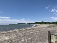 JR内房線「上総湊」駅から徒歩で10分くらい。海岸に来ました。 「上総湊港海浜公園」弓上の砂浜があります。広い無料駐車場にトイレもあります。 平日の昼間だからか?人は2人しかいません。