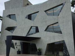 こちらはホテル! かなり斬新で前衛的な建築で、6室しかないとのこと!  今夜のお宿はここではないです…(^_^;)  「ホテルキーフォレスト北杜」 http://www.kob-art.com/hotel/