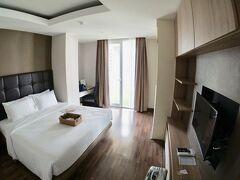 【ー Vレジデンスホテル、プロンポン駅前 ー】  小さなホテルでした。部屋はでかいけど、部屋数はそれほど多くないみたいな。