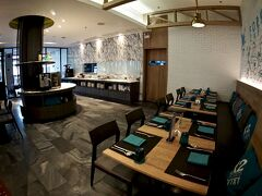 【X2バイブBKKスクンビットホテル】  長期滞在者が多く住む地域です。   写真:レストラン&バー、洒落ています。