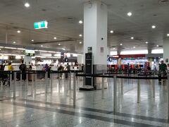 朝早く起きて、ホテルのシャトルで国際線のターミナル2に到着しました。