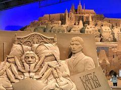チェコ出身の小説家カフカと代表作の一つ『変身』がモチーフ。うしろはプラハ城。