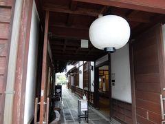 まずは、横町町家交流館へ。 町家を改装した施設で入るのは無料。小さなカフェのほか、史料館もありました。 おばあちゃんが福島の歴史を解説してくれました。ほんの十数年だけ城下町だったそうで、廃城してからは在方町としてにぎわったそうです。伝統工芸の八女提灯もありました。