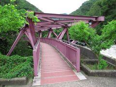 山中温泉までは9.4km、急ぎ気味で走って35分ほどで行くことができました。さっそく、新緑の鶴仙渓を見るため、あやとりはしへ。