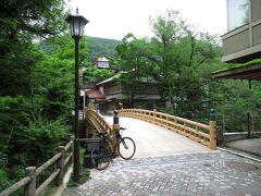 あやとり橋から、温泉街を南へ進み、こおろぎ橋までやってきました。旅館が並び、風情ある温泉街の町並みが見られます。