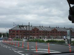 大さん橋からハンマーヘッドへ。近くだけど、歩くと大変かな・・ 赤レンガ倉庫が見えます。  この辺り、最寄り駅は馬車道駅や日本大通り駅で、歩くと15分くらいかかります。小さな周遊バス「赤いくつ」号が走っています。
