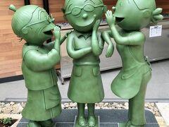 サザエさん通りを歩いて、長谷川町子美術館に来ました。 お庭の銅像だけパチリ。  長谷川町子さんにサザエさんといじわるばあさんが内緒話をしています(^-^)