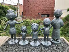長谷川町子美術館の裏手にあるサザエさん公園。 こちらにも銅像がありました(^-^) サザエさん、タラちゃん、ワカメちゃん、カツオに波平さん。