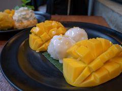 食べ納めのMango Tango。  定番のマンゴータンゴと、昨日食べたかったマンゴーサグをオーダー。 マンゴータンゴより、マンゴーサグの方がフレッシュマンゴーの量が倍になります。 アイスやプリンより断然フレッシュマンゴーが美味しいので、こっちの方がお得かも知れないと、最後に気付きました。  昨日と全く同じ席に通されてしまったため、サングラスを失くして落ち込んでいたことを思い出しましたが、その後のたくさんの素敵な経験が、思い出に変えてくれていました。