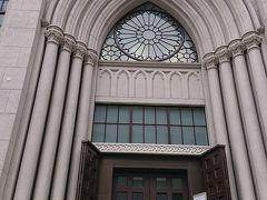 17:20 横浜指路教会に到達。 教会の入口正面です。建物が大きい。パリのノートルダム大聖堂に似た、フランス初期のゴシック風の様式とのこと。横浜市認定歴史的建造物に指定認定されています。