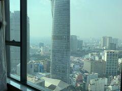 窓は広く大きく開放感がある 目の前にビテクスコ フィナンシャルタワー (サイゴン スカイデッキ)