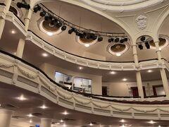 オペラハウスはホテルから歩ける距離  少し見学して お茶のサービスを受けて待ちます  18:00からのAOショーを予約していたのです 1人3360円の席だったけど割と前の席で迫力満点だった