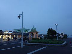 18:50 山下公園(インド水塔) 山下公園の入口に到達。洋風のインド水塔と、港の公園のムードに合わせた建物のローソンが良いです。奥には、緑色にライトアップされた、大さんふ頭ビルに夕方の横浜港の景色が絵になっています。