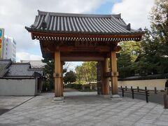 歴史的文化財が多く残る博多の寺社町エリアの入口に建つ写真の博多千年門は2014年(平成26年)3月に完成した。江戸時代に博多の入り口に存在した「辻堂口門」に倣ってつくられた門。