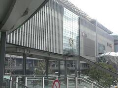 午前11時41分に博多駅に到着。博多東急REIホテルにチェックインして荷物を置いた後、JR博多駅に戻って昼食。
