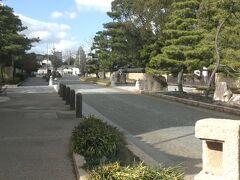 博多千年門を入ると博多旧市街エリアになる。承天寺通りの両側に歴史ある寺院が並んでいる。