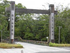 今回の旅では、極力JRなどの電車のみを利用し、 3~40分くらいであれば徒歩で移動することを意識して、 京都をまわろうと思いました。  京都観光はバスが便利なのは承知していましたが、 バスは利用せず、 東福寺から、智積院までの移動も、電車と徒歩のみです。 蒸し風呂状態の中、根性で歩きました。