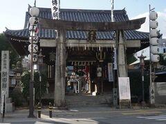 博多町家のある櫛田表参道を進むと櫛田神社の楼門鳥居が見える。博多祇園山笠や博多おくんちの中心として、福岡市民の生活に密着した神社。