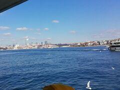 カドキョイから新市街のカラキョイ経由旧市街のエミノニュ行きの連絡船に乗りました。公共交通機関の一つという位置づけなので、イスタンブールカードで乗船出来ます。気軽にボスポラス海峡のミニクルーズ気分を味わえるので、時間のない方にもおすすめです。