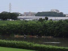 【江戸川の矢切の渡し】遠目で見まして渡し舟は営業していません。さきほどまで降っていた大雨の影響でしょう。なぜ分かるのかって、渡し舟が三隻停泊していると休業状態なのです。(終)