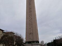 エジプトから移送されたテオドシウスのオベリスク。表面にエジプトの象形文字ヒエログラフが刻まれています。
