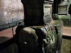 アヤソフィアが休館日のため地下宮殿へ。有名なメデューサの首です。