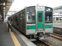 一ノ関駅で12時44分発小牛田駅行きに乗り換えます。盛岡駅で買ったお弁当をいただきました。