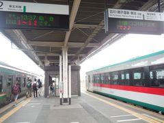 小牛田駅13時37分発仙台行きに乗り換えます。反対側のホームには陸羽東線の34分発の鳴子温泉行きが停まっています。仙台都市圏内に入りました。