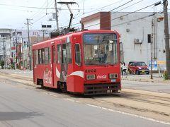 次は函館市電を撮りましょう。 2002、コカ・コーラ車両。湯の川付近は幹線道路沿いなので交通量も多いが撮影は可能。