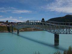 教会の手前に、テカポ湖歩道橋があるので渡ってみます。  この橋、寄付で造られたとか
