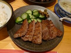 空港アクセス線に乗って仙台へ。 この旅で牛タンを食べまくるつもり。 まずは仙台駅でお昼。 喜助は大阪にもあるけど、食べたことないので。 厚切り牛タン、美味しー♪