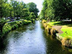 ボートでの川下りはできませんでしたが、公園内を流れるエイボン川沿いを歩くことができます。 公園というより、まるで庭園のよう。  公園は市民憩いの場所のようで、地元の家族連れもたくさん訪れていました