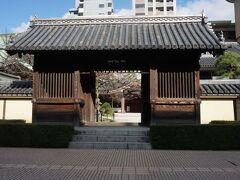 承天寺から少し歩くと東長寺に出る。写真は東長寺の山門。空海が日本で最初に創建した寺。